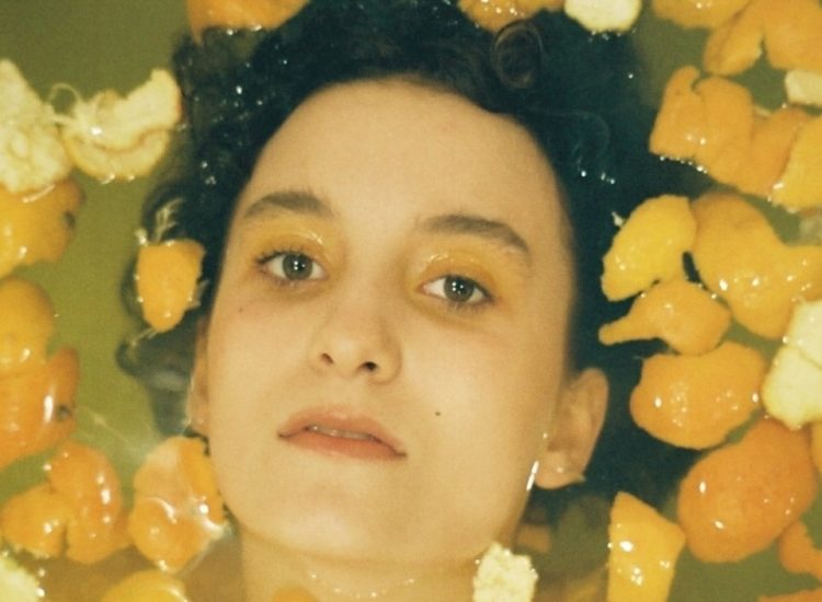"""""""Easy Peeler"""", the sound labyrinth of Phoebe Green surprises us at every turn. [Review]"""